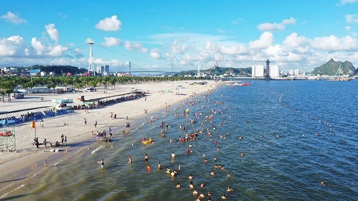 Bãi Cháy - Hạ Long với vịnh biển xanh mang tới khí hậu và môi trường trong lành tốt cho sức khỏe.