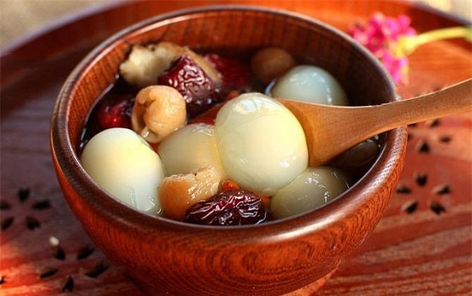 Món trứng chim bồ câu hầm long nhãn rất tốt cho người mắc chứng hay quên