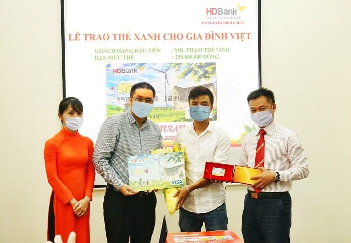 """HDBank trao """"Thẻ Xanh cho gia đình Việt"""" cho khách hàng đầu tiên tại TP.HCM."""