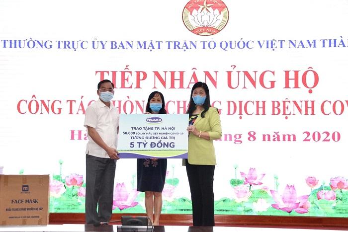 Lãnh đạo Sở Y tế và Mặt trận Tổ quốc TP.Hà Nội tiếp nhận 50.000 bộ lấy mẫu xét nghiệm Covid-19, tương đương 5 tỷ đồng từ đại diện Vinamilk.