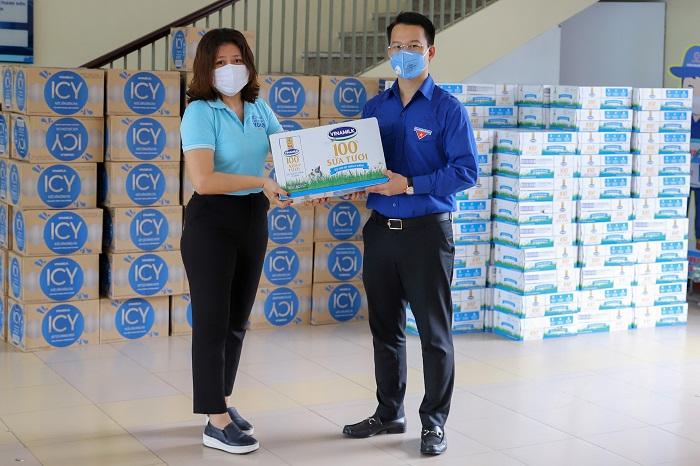 Mới đây Vinamilk cũng đã trao tặng 1 tỷ đồng các sản phẩm sữa cho các khu vực cách ly tập trung của Đà Nẵng, Quảng Nam và Quảng Ngãi.