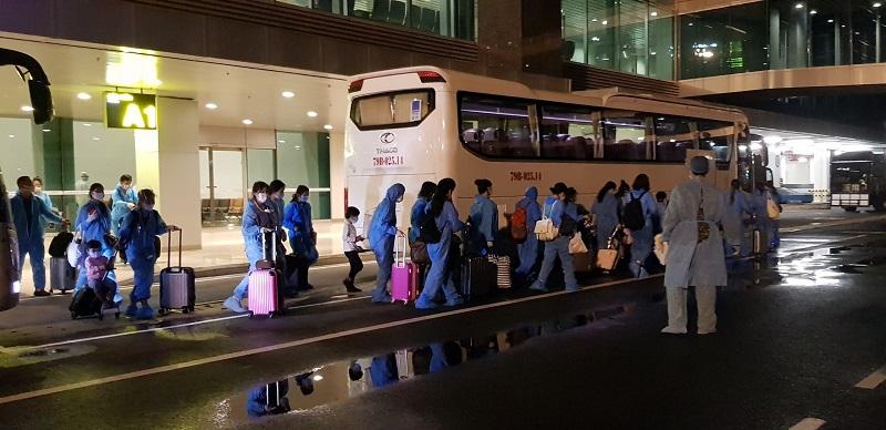 Sau khi xuống Sân bay Cam Ranh, 230 công dân trở về từ Malaysia sẽ được lực lượng chức năng tỉnh Ninh Thuận tiếp nhận, khám sàng lọc y tế để phân loại và đưa về khu cách ly y tế tập trung của tỉnh (Ảnh minh hoạ).