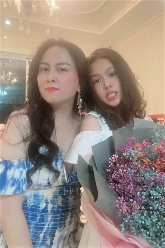 Susu - con gái lớn của doanh nhân Phượng Chanel - vừa đón sinh nhật 18 tuổi bên gia đình. Hiện Susu học tập tại Mỹ. Gần đây, cô tạm trở về Việt Nam khi tình hình dịch bệnh trở nên căng thẳng. Susu có vẻ ngoài ưa nhìn, thừa hưởng nhiều đường nét từ mẹ.