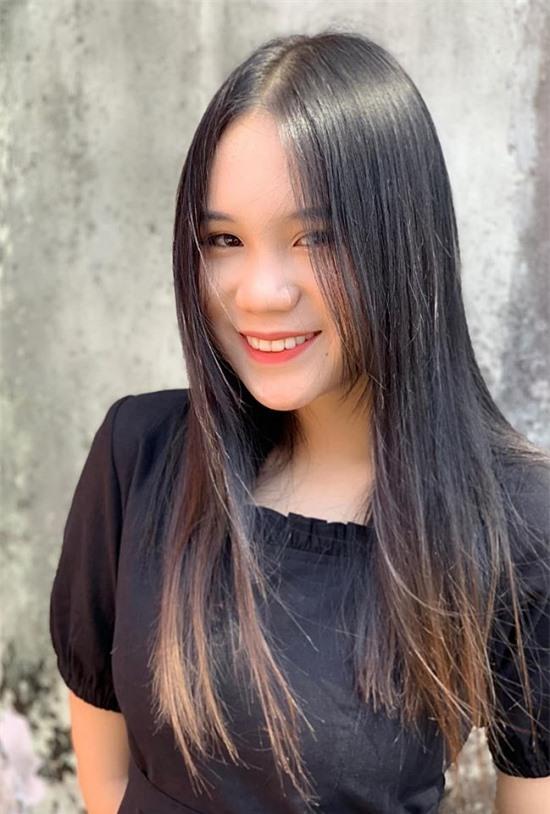 Cao gần 1,7m và gương mặt thanh tú, Khánh Ngân có nhiều lợi thế nếu hoạt động nghệ thuật. Tuy nhiên, NSƯT Trịnh Kim Chi không khuyến khích con gái đi theo nghề của mẹ. Chị cho biết chỉ cho con gái đóng kịch vào dịp nghỉ hè hay cuối tuần để rèn luyện sự dạn dĩ trước đám đông. Nữ diễn viên mong con gái chăm chỉ học hành và có một công việc ổn định trong tương lai.