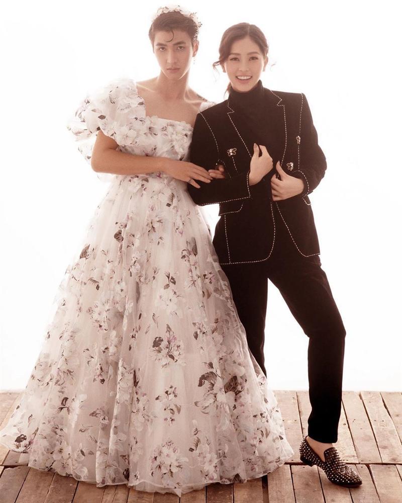 Bình An mặc váy chụp ảnh với Phương Nga.