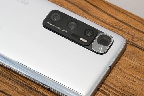 Mi 10 Ultra có 2 đèn flash LED, hỗ trợ quay video 8K tốc độ 24 khung hình/giây, 4K tốc độ 60 khung hình/giây hoặc video siêu chậm 960 khung hình/giây ở độ phân giải Full HD. Theo DxOMark, Xiaomi Mi 10 Ultra là smartphone sở hữu camera sau tốt nhất thế giới hiện nay với 130 điểm, vượt qua Huawei P40 Pro (138 điểm).