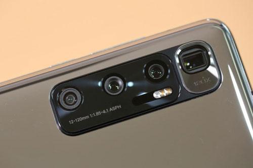 Xiaomi Mi 10 Ultra sở hữu 4 camera sau. Cảm biến chính 48 MP, khẩu độ f/1.9 cho khả năng lấy nét theo pha, chống rung quang học (OIS). Ống kính tele tiềm vọng 48 MP, f/4.1 giúp zoom quang học 5x hoặc zoom kỹ thuật số 120x, OIS. Ống kính tele thứ hai 12 MP, f/2.0 cho khả năng zoom quang 2x. Cảm biến thứ tư 20 MP, f/2.2 với góc rộng 128 độ.