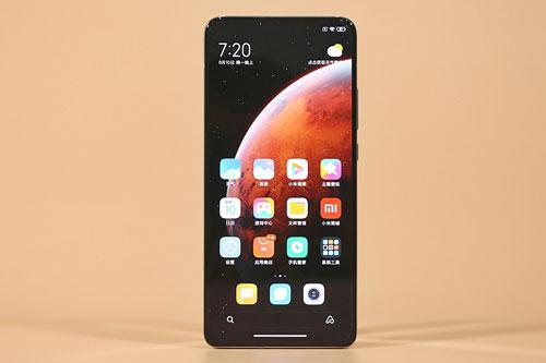 Redmi K30 Ultra được Xiaomi trang bị màn hình AMOLED của Samsung với kích thước 6,67 inch, độ phân giải Full HD Plus (2.400x1.080 pixel), mật độ điểm ảnh 395 ppi. Màn hình này được chia theo tỷ lệ 20:9, tần số quét 120 Hz, bảo vệ bởi kính cường lực Corning Gorilla Glass 5 vát cong 3D, tích hợp dải màu DCI-P3, công nghệ HDR 10+, độ sáng tối đa 800 nit.