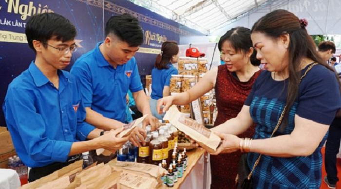 Khách hàng tham quan các sản phẩm khởi nghiệp trưng bày tại Ngày hội khởi nghiệp tỉnh Đắk Lắk lần thứ I năm 2019 (Ảnh: Báo Đắk Lắk).