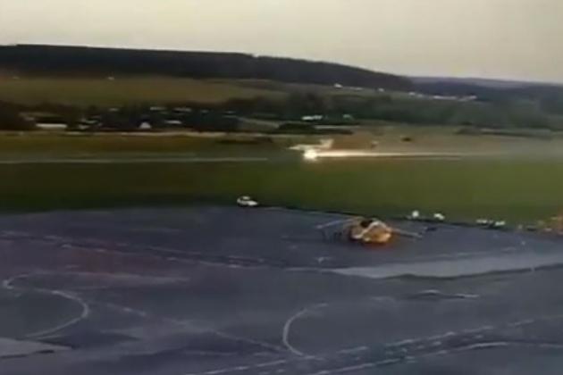 Khoảnh khắc tiêm kích đánh chặn MiG-31 bốc cháy khi hạ cánh ở Perm. Ảnh: Avia-pro.