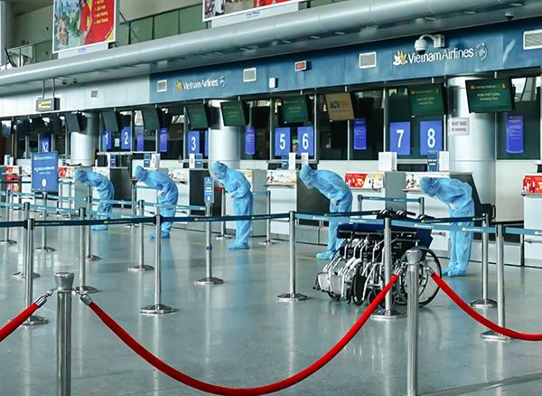 Các nhân viên phục vụ cúi chào khi du khách bắt đầu đến sân bay Đà Nẵng