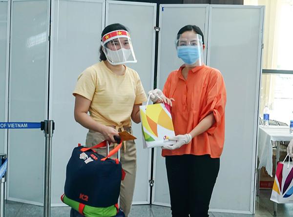 Giám đốc Sở Du lịch Đà Nẵng Trương Thị Hồng Hạnh (áo cam) tặng quà cho du khách trước khi lên máy