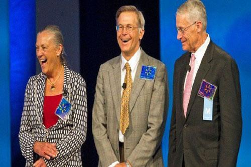 Từ trái qua phải: Alice Walton, Jim Walton và Rob Walton - các con của người sáng lập Wal-Mart Sam Walton. Ảnh: Beth Hall/Bloomberg/Getty Images.