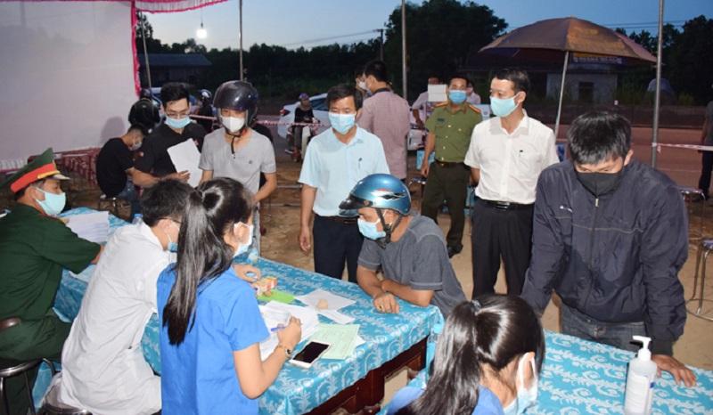 Người dân thực hiện việc kê khai y tế tại chốt kiểm soát y tế huyện Phong Điền, tỉnh Thừa Thiên Huế.