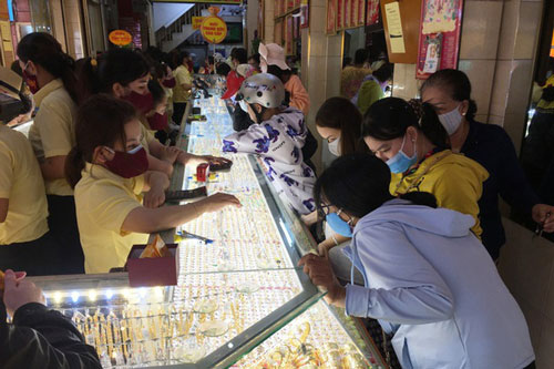Vàng trang sức là mặt hàng được khách hàng giao dịch nhiều trong những ngày qua. (Ảnh: Dân trí)
