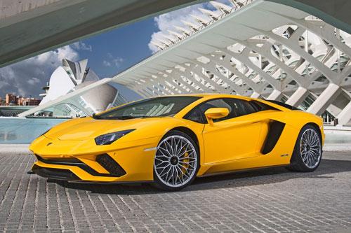 8. Lamborghini Aventador S (vận tốc tối đa: 349 km/h).
