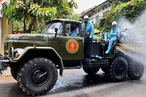 Quân đội phun hoá chất tiêu độc, khử trùng khu vực phố cổ Hội An. Ảnh: VGP/Thế Phong.