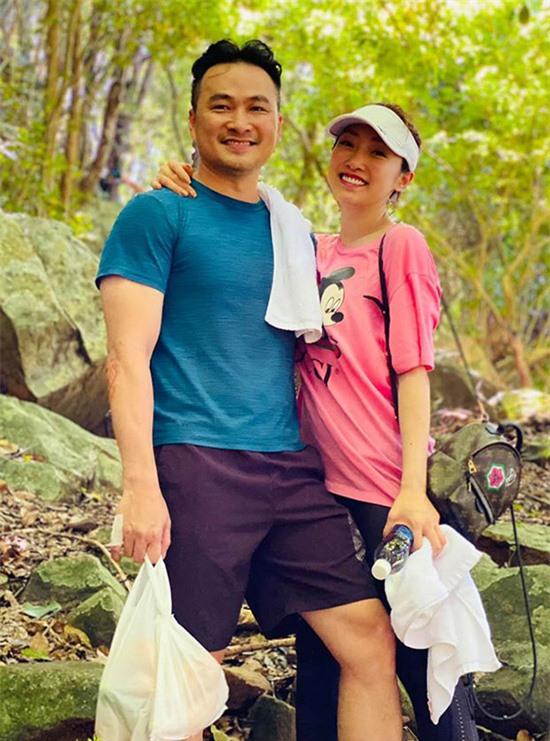 Nam diễn viên 47 tuổi trông trẻ trung trong trang phục áo thun, quần short đơn giản đi leo núi, khám phá thiên nhiên cùng Lý Thuỳ Chang.