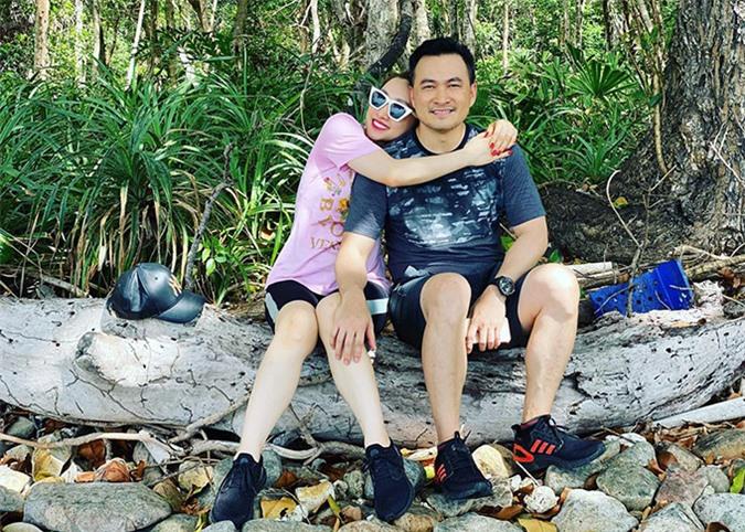 Đôi uyên ương ngồi nghỉ chân trên một thân cây khô khi thấm mệt. Lý Thuỳ Chang và Chi Bảo gọi nhau là vợ chồng dù chưa tổ chức hôn lễ. Họ dự định sẽ cưới trong năm nay nhưng do dịch Covid-19 nên chưa quyết định được thời điểm cụ thể.