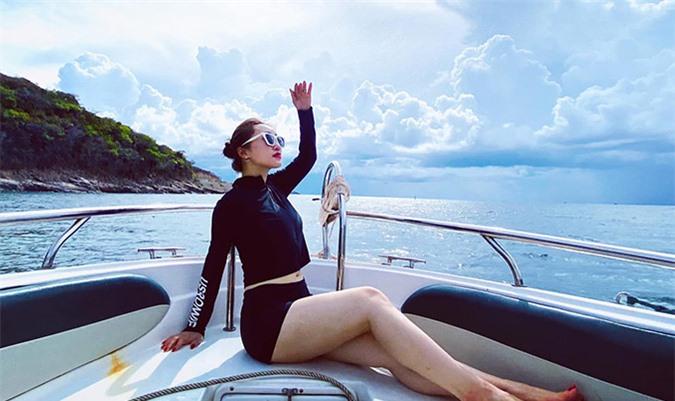 Lý Thuỳ Chang khoe chân dài khi dạo chơi trên biển bằng canô.