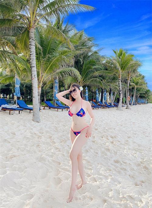 Người đẹp tự tin khoe vóc dáng hình chữ S trên bãi biển Phú Quốc trong một chuyến du lịch gần đây.