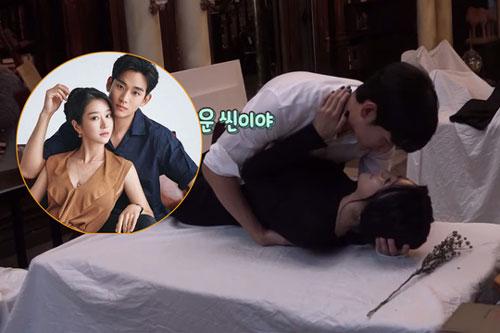 Kim Soo Hyun ngượng ngùng hôn Seo Ye Ji