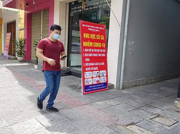 Phường Hải Châu 2, quận Hải Châu, Đà Nẵng đặt bảng thông báo khu vực có ca nhiễm Covid-19 để người dân cảnh giác (Ảnh: HC)