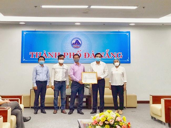 Ông Phạm Ngọc Bình – Phó Chủ tịch HĐQT Tập đoàn PPC An Thịnh trao tặng thiết bị y tế trị giá 2 tỉ đồng cho lãnh đạo TP Đà Nẵng