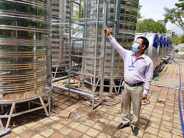 Đại diện Công ty CP Môi trường Huy Hoàng Eco giới thiệu các hạng mục của hệ thống xử lý nước thải tại BVDC Tiên Sơn