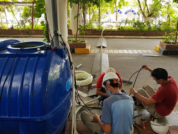 Chuẩn bị lắp đặt máy bơm trung chuyển nước thải từ các bồn chứa của BVDC Tiên Sơn ra hệ thống XLNT phía bên ngoài