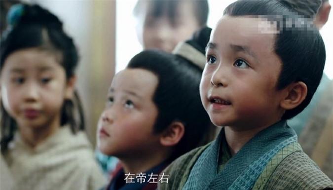 Tiêu Lý Trăn Chấn sinh năm 2012, là người từng đóng nhiều phim nhất trong ba diễn viên nhí của Lấy danh nghĩa người nhà. Cậu bé từng góp mặt trong Tóc trắng, Mộng hồi, Thiên cơ thập nhị cung..., được khen có khả năng cảm thụ tốt.