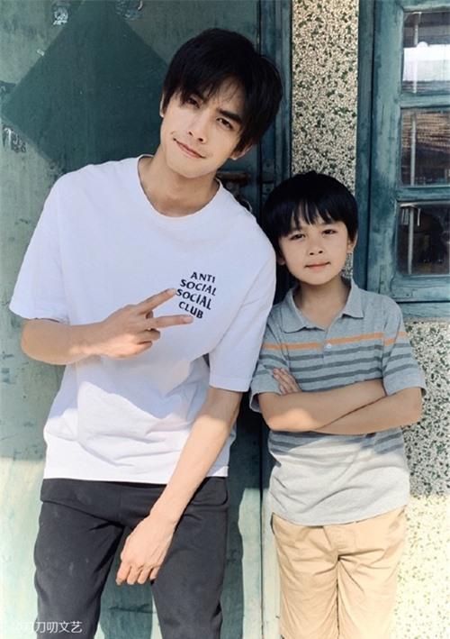 Để giống với Tống Uy Long - đàn anh đóng vai Lăng Tiêu khi lớn, Từ Uy La giảm 3 kg trước khi vào phim.