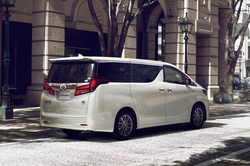 6. Toyota Alphard (doanh số: 8.448 chiếc).