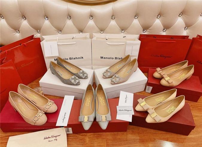 Cô thường sắm những đôi giày có thiết kế basic, tiểu thư nhẹ nhàng.