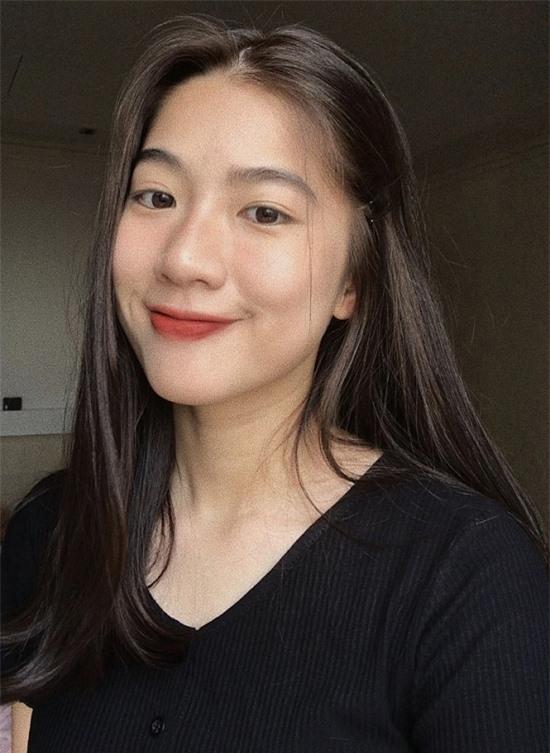 Trước đó, Hà Thi theo học chuyên sử trường THPT chuyên Hà Nội – Amsterdam. Cô có thành tích 12 năm liền học sinh giỏi, đạt được giải Ba trong kỳ thi Học sinh giỏi Quốc gia môn Lịch sử, đỗ vào Học viện Ngoại giao.