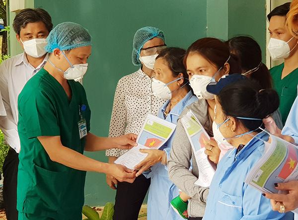 BSCKII Nguyễn Đại Vĩnh, Giám đốc BVDC Hòa Vang trao giấy ra viện cho các bệnh nhân Covid-19 đã được điều trị khỏi (Ảnh: HC)