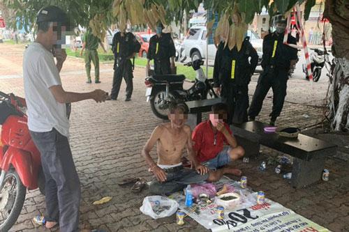 Tổ tuần tra giải tán nhóm người tụ tập ăn nhậu ngay trên vỉa hè ven sông Hàn. (Ảnh: Báo điện tử Người lao động)