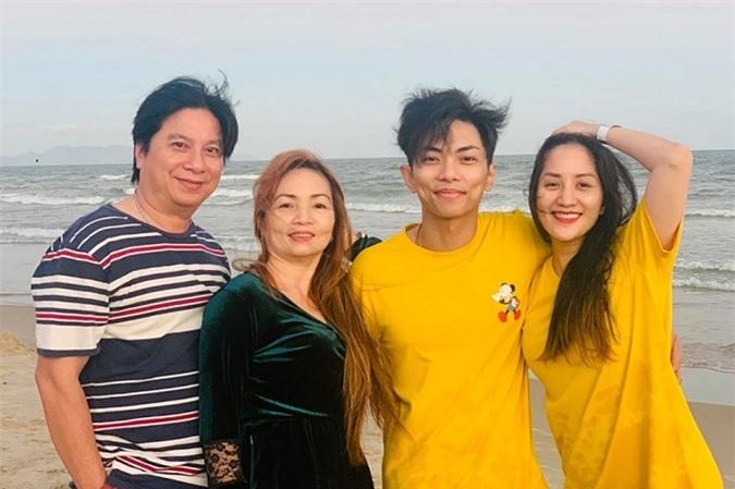 Vợ chồng Khánh Thi đi du lịch cùng bố mẹ chồng dịp Tết 2020.