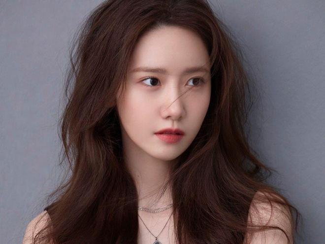 """Ngoài Yoona luôn là """"tượng đài nhan sắc"""" của Kpop, các thành viên khác của SNSD cũng ngày càng """"lột xác"""" theo thời gian. Tae Yeon luôn được khen ngợi vì vẻ ngoài hack tuổi, Tiffany gây chú ý với đôi mắt cười, Yuri là """"ngọc trai đen"""" quyến rũ..."""