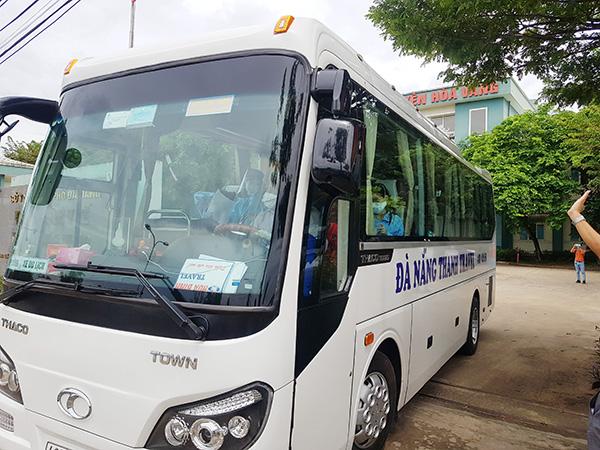 BVDC Hòa Vang bố trí phương tiện đưa các bệnh nhân được xuất viện về vói gia đình (Ảnh: HC)