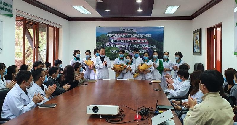 Lãnh đạo và nhân viên Bệnh viên đa khoa Hoàn Mỹ Đà Lạt có mặt để động viên, chia sẻ với các bác sĩ, điều dưỡng trước khi lên đường vào tâm dịch.