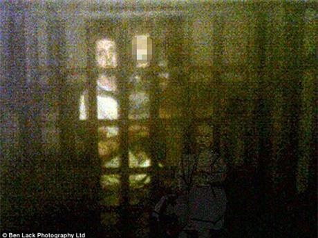 Hồn ma bé gái xuất hiện ở góc dưới trong bức ảnh của Shona Backhouse.
