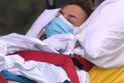 Cô Chantelle Doyle được đưa vào bệnh viện điều trị sau khi bị cá mập tấn công. Ảnh: Sydney Morning Herald.