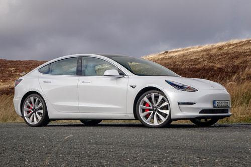 2. Tesla Model 3 Performance 2020 (giá khởi điểm: 54.900 USD, thời gian tăng tốc từ 0-96 km/h: 3,2 giây).