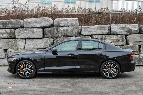 8. Volvo S60 T8 2020 (giá khởi điểm: 55.400 USD, thời gian tăng tốc từ 0-96 km/h: 4,3 giây).
