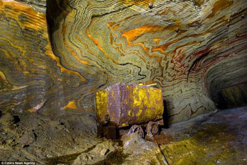 Những họa tiết tựa như những vết rạch ngang dọc bên trong hầm muối