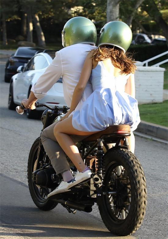 Ben Affleck có sở thích lái xe môtô đi dạo. Nam diễn viên đoạt giải Oscar và bạn gái thi thoảng lại lượn phố cùng nhau trên chiếc xe cũ của anh.