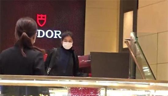 Chung Sở Hồng tại tiệm nữ trang hôm cuối tuần.