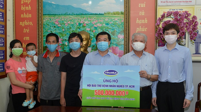 ng Đỗ Thanh Tuấn, Giám đốc Đối ngoại công ty Vinamilk trao tặng kinh phí mổ tim cho trẻ em có hoàn cảnh khó khăn đến Hội Bảo trợ Bệnh nhân nghèo Tp.HCM.