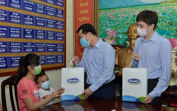 Đại diện công ty Vinamilk tặng quà, thăm hỏi và gửi lời chúc sức khỏe đến gia đình các bệnh nhi.
